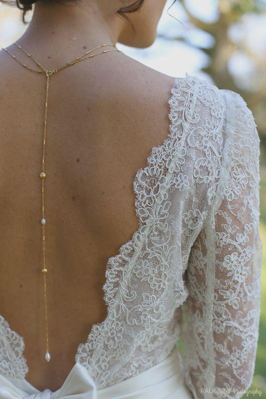 Détail du collier de dos plaqué Or et perles d'eau douce. Robe Atelier d'Elea