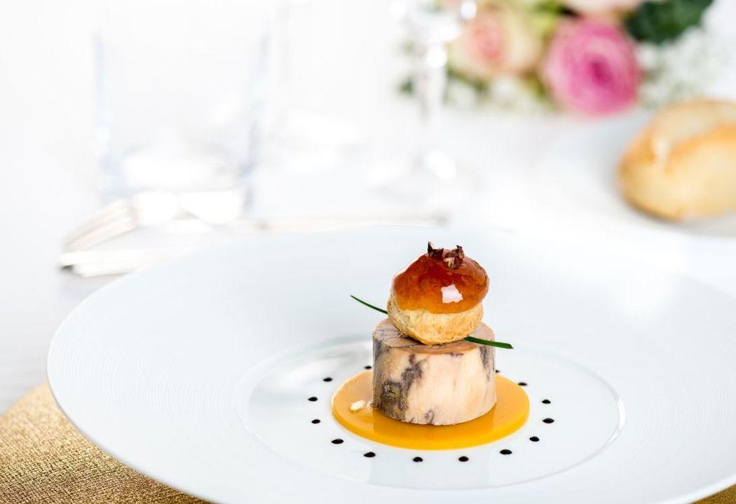 Marbré de foie gras mariné cau vin d'épices, religieuse à la mangue, poivre de Sichouan, pulpe de yuzu en pâte de fruits