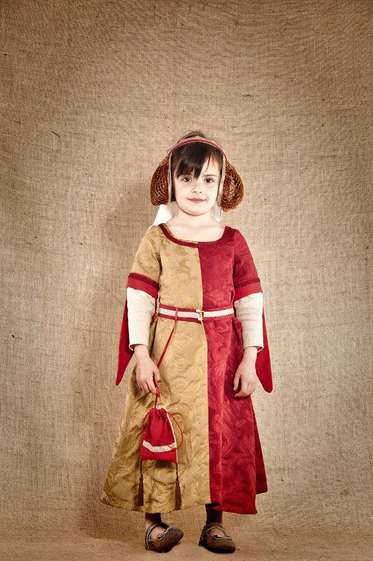 Costume de Clothide,  princesse médiévale comprenant  la robe la coiffe la ceinture et sa bourse Etoffe damassée bicolore et lin   http://www.7etunelieues.com/fr/costumes-filles/costume-de-princesse-medievale-4-ans
