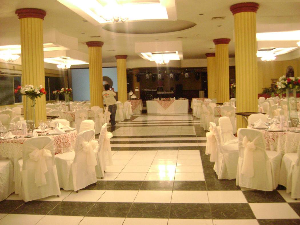 Salón los Alcatraces, con escenario de madera para eventos sociales y empresariales. Hotel Doña Juana Cecilia en Tamaulipas