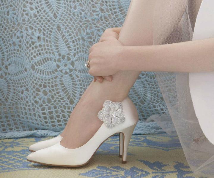 Beispiel: Brautschuhe mit Schuhclip, Foto: Elsa Coloured Shoes.
