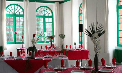 Gîte de la Filature d'Angreviers la salle avec tables