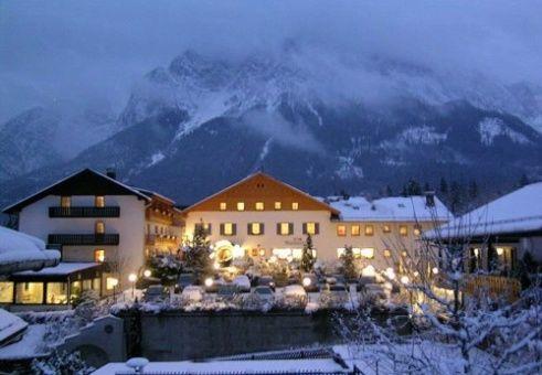 Beispiel: Hotel am Abend, Foto: Romantik Hotel Waxenstein.