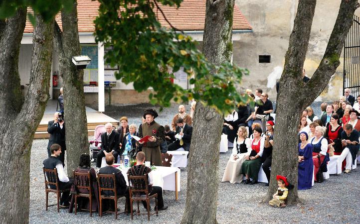 Beispiel: Standesamtliche Trauung im Burghof, Foto: Friedensburg Schlaning.