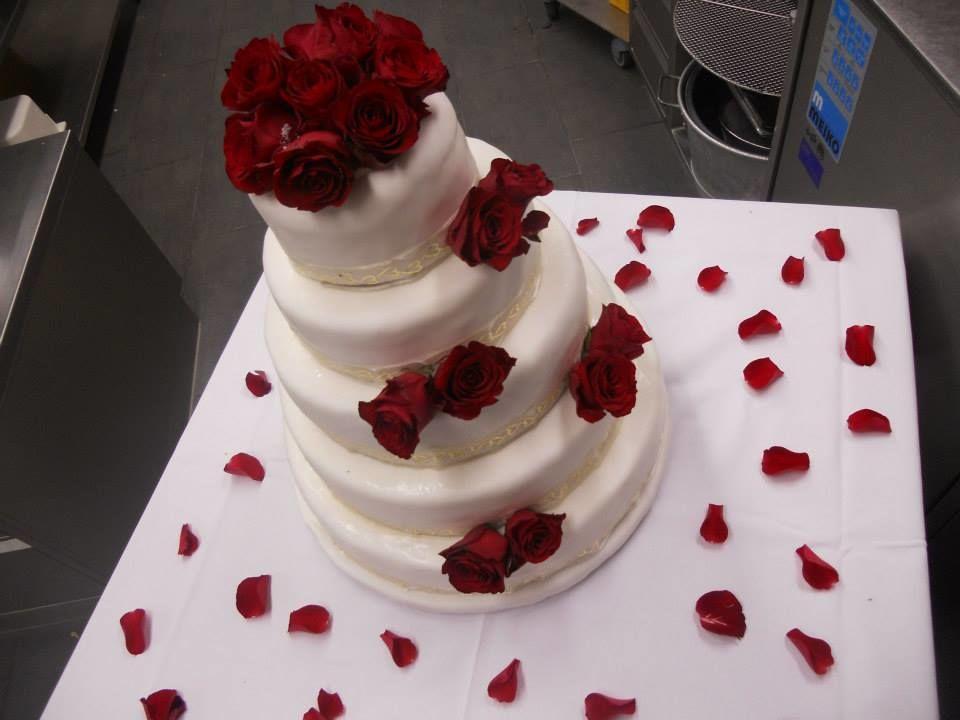 Auch mit echten Rosen auf einer Hochzeitstorte ein Hingucker.Himbeermascarponequarktorte.