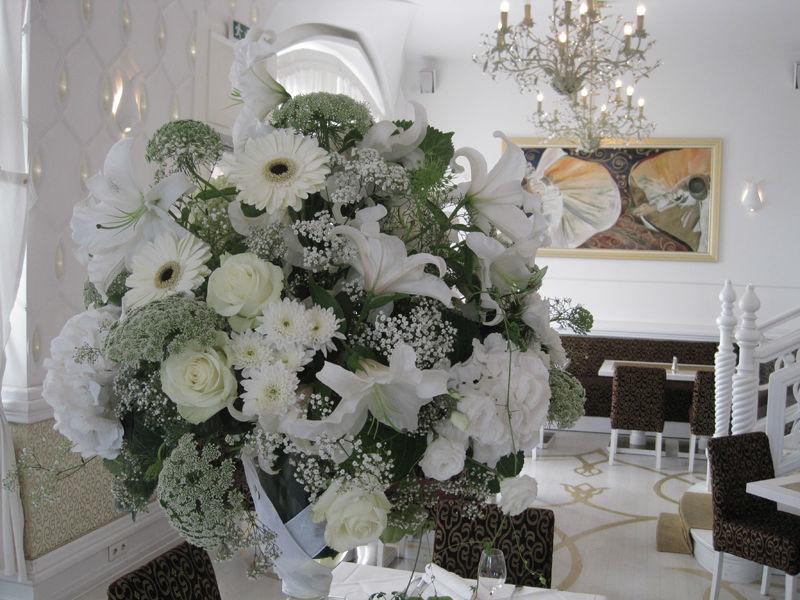 Beispiel: Blumenstrauß mit weißen Blumen, Foto: Blumen Hetzer.