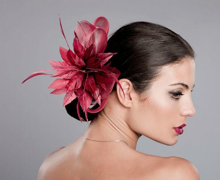 Tocado para ceremonia fabricado en crin y flor. Sencillo y se puede utilizar en diferentes partes del peinado.