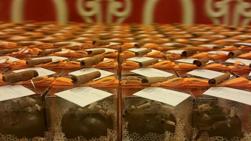 Pães de mel com recheio de nutella, embalados em caixinhas de acetato com lacinhos em fitas de cetim.