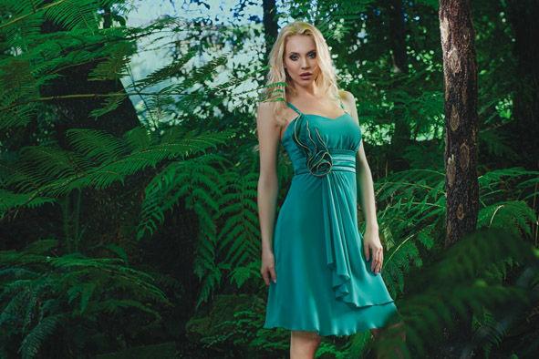 Abito corto in georgette smeraldo e fascia di raso a pieghe in vita con dettaglio strass a contornare il motivo floreale.