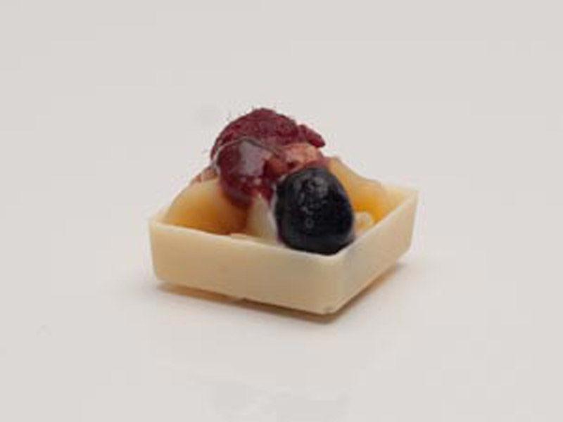 Bateau Rouge ( Casquinha de chocolate branco, brigadeiro branco com frutas vermelhas)