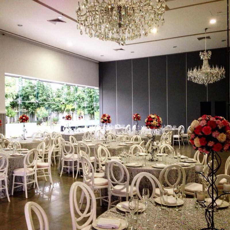 Centro de mesa  de herrería con  Rosas y claveles acompañado de cristales y velas la forma ideal para lugares muy amplios y elegantes.