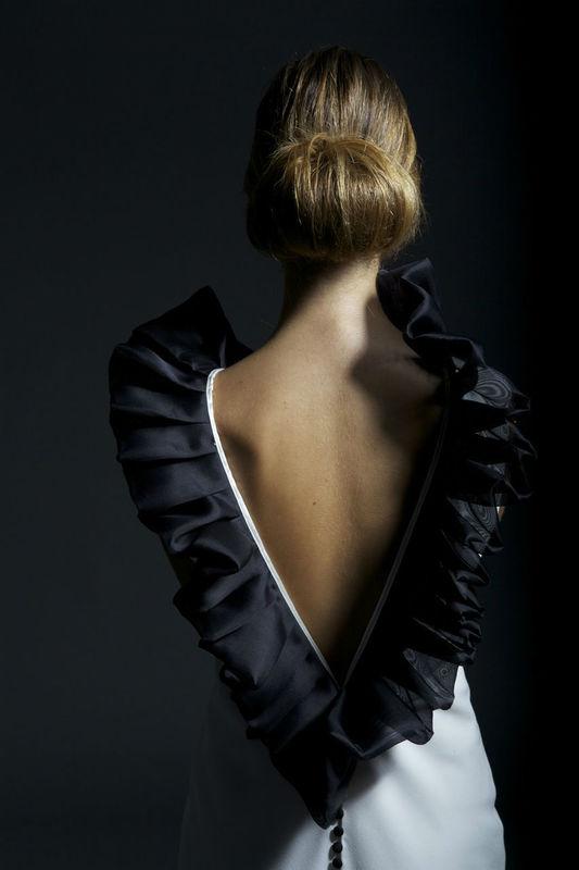 Vestido en crepe de seda crudo con cuello plisado en organza de red negra.