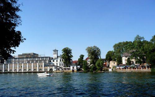 Beispiel: Blick auf Villa vom See, Foto: Weisse Villa.