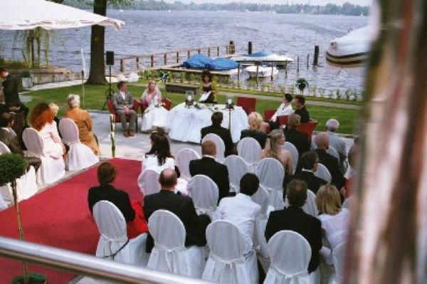 Beispiel: Trauung am Wasser, Foto: Dämeritz Seehotel.