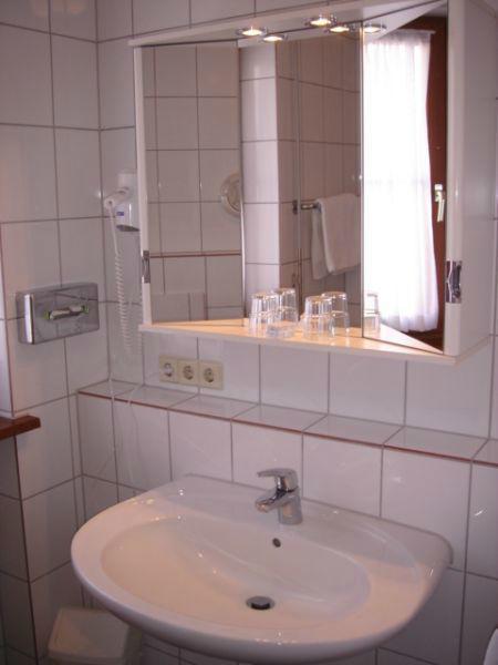 Beispiel: Badezimmer, Foto: Hotel-Restaurant Zum Fröhlichen Landmann.