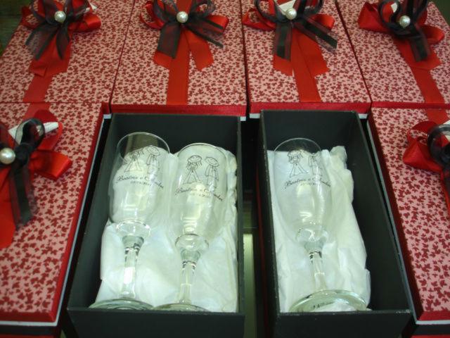 caixa com 2 taças champagne personalizadas. Essa foi para Itupeva.
