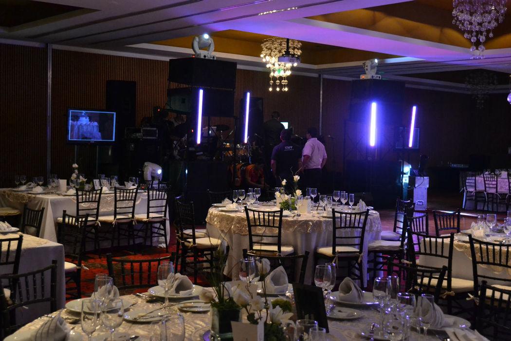 Salon con iluminacion y grupo musical