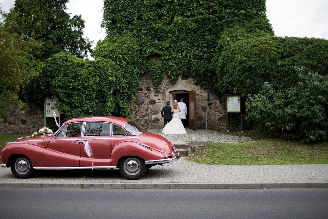 Braut auf dem Weg zur kirchlichen Trauung, Foto: Christian Krüger, Hochzeitslicht für Engel 07