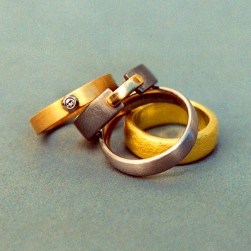 Beispiel: Silberne und Goldene Trauringe, Foto: Goldschmiedepunkt.