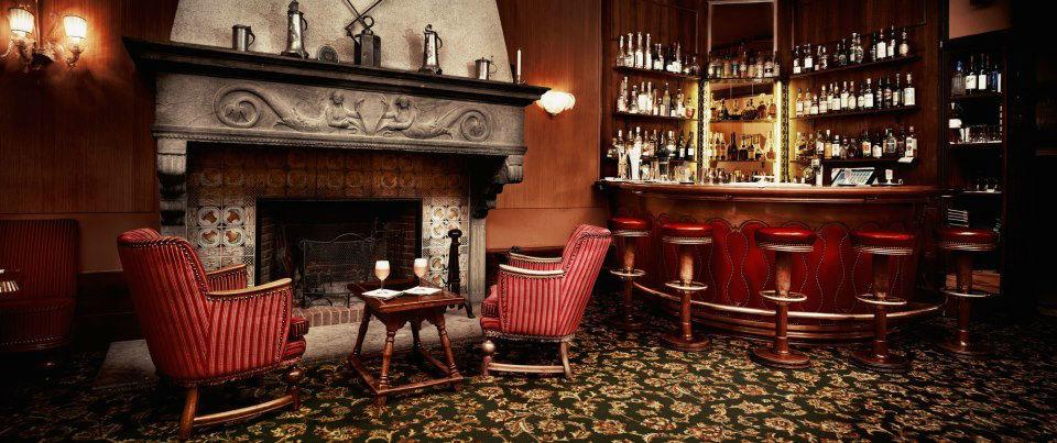 Beispiel: Gemütliche Bar, Foto: Badrutt's Palace Hotel.