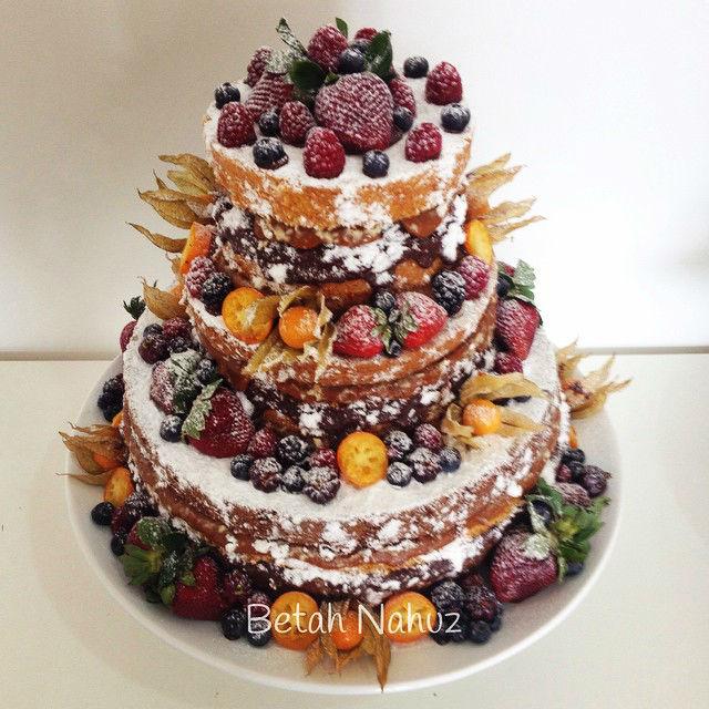 Naked cake de frutas vermelhas e amarelas