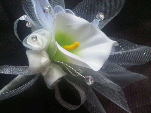 Rassa Dragées Porte dragées mega cala entourez de tulle , ruban argenté, et 3 roses blanche diamentée