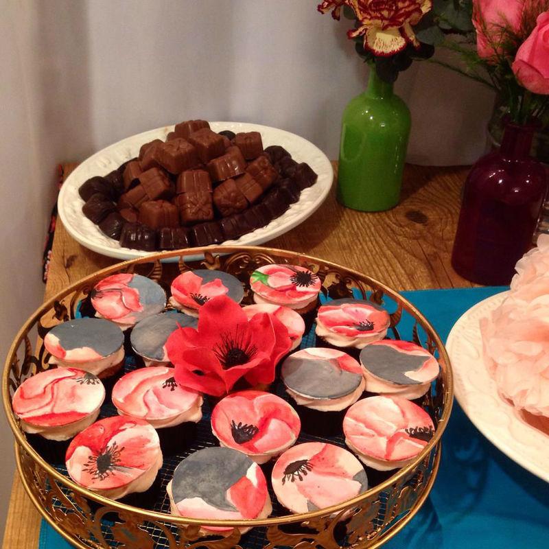 Confiserie de Lu - cupcakes com apliques de açúcar pintados à mão e flor em açúcar. Anêmonas