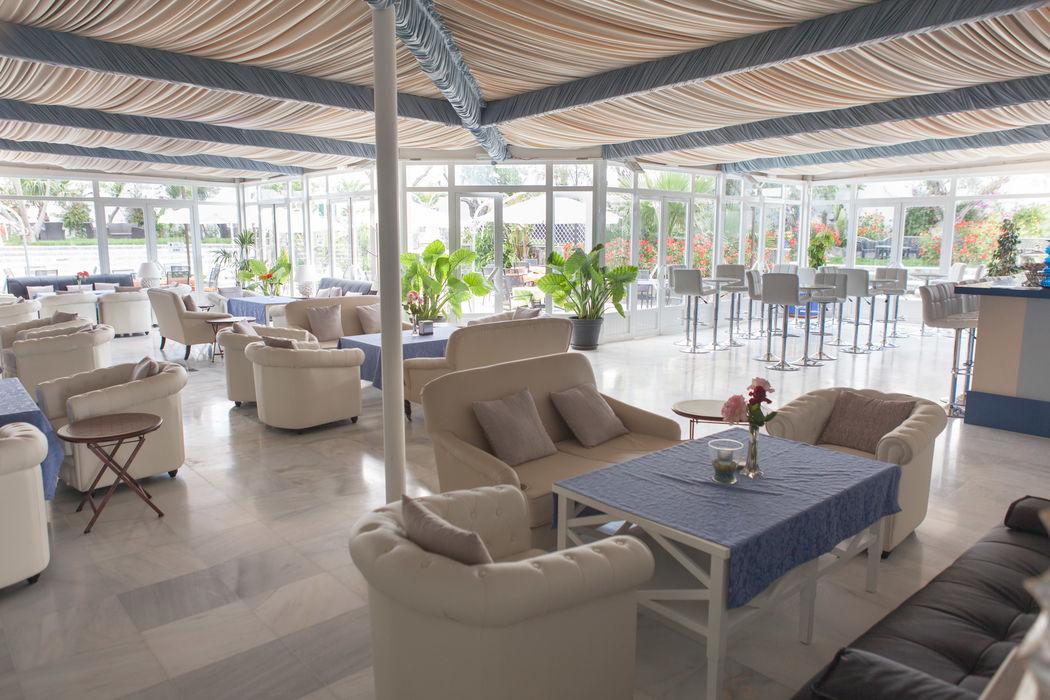 Zona lounge y barra. Los Espejos. Espacio perfecto para celebraciones y eventos más íntimos. Hacienda Azahares