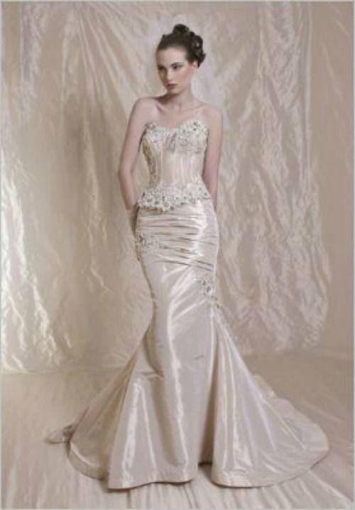 Beispiel: Elegantes Brautkleid, Foto: Casanova Braut- und Abendmode.