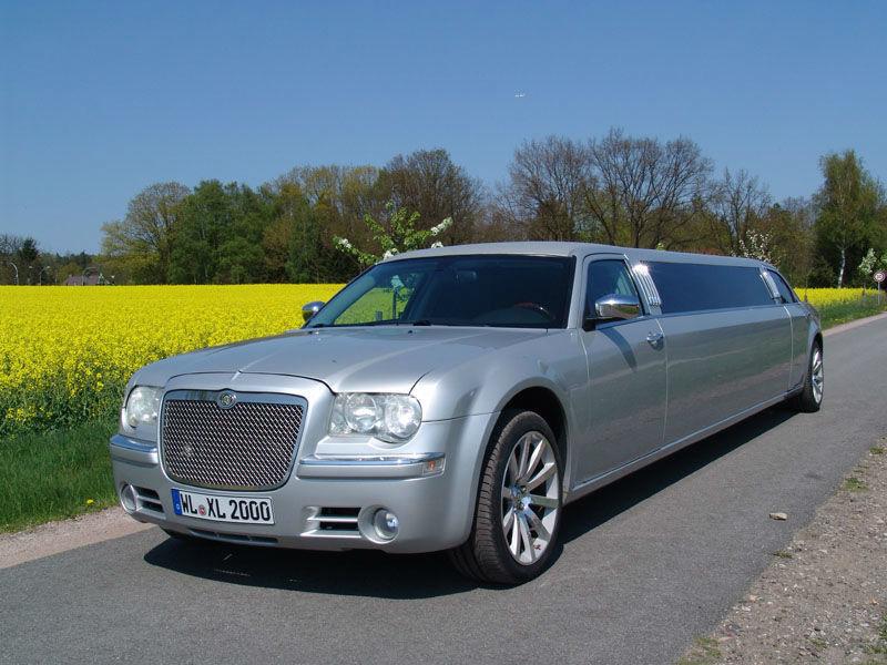 Dies ist ein silberner Chrysler 300 C Hemi.