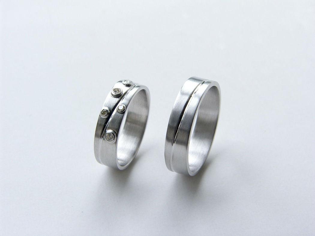 Witgouden ringen met in haar ring diamanten gezet.