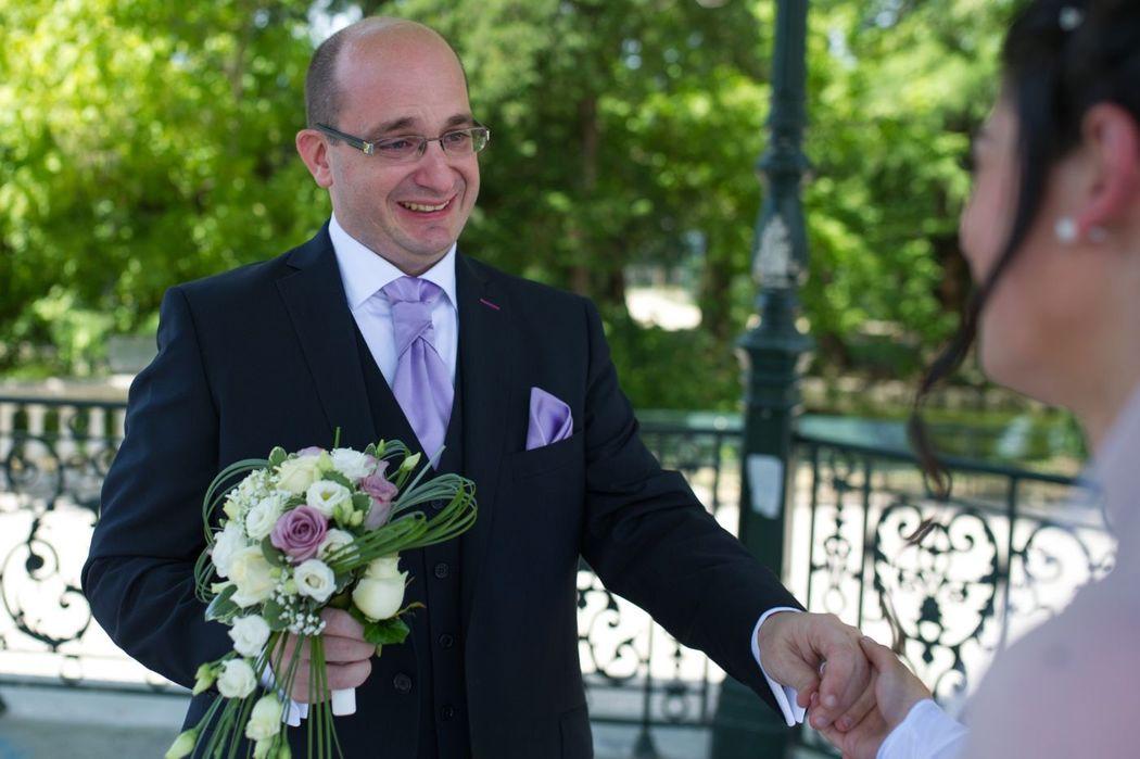 Emotion du marié en découvrant la mariée.