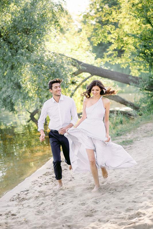 Прогулка для двоих по берегу реки