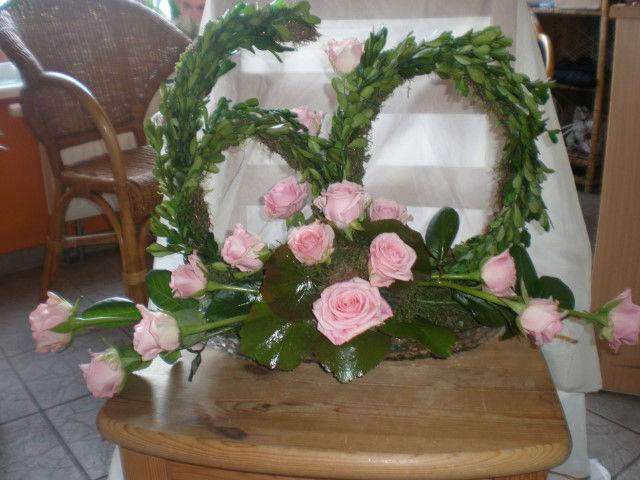 Beispiel: Blumengesteck mit Buchsbaum und rosa Rosen, Foto: Blumenstudio Marzahn.