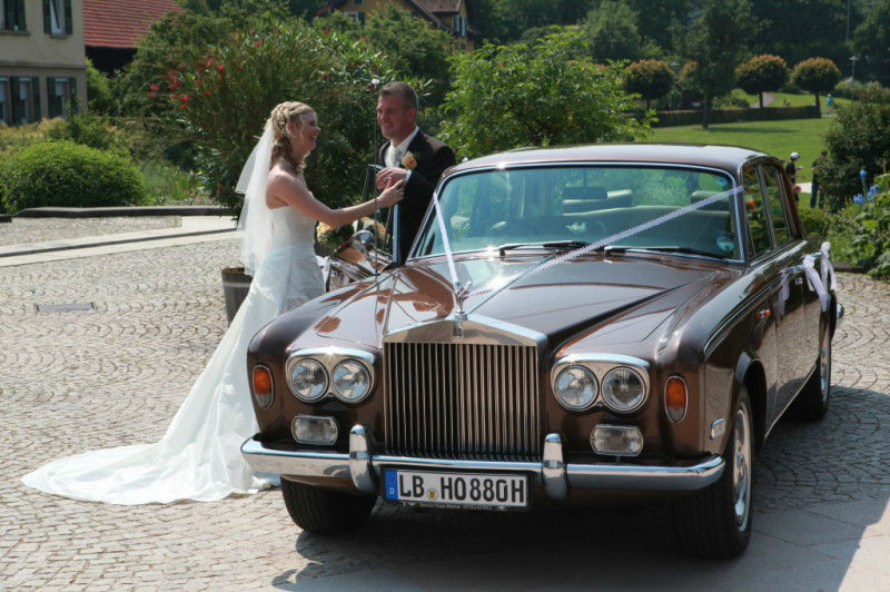 Beispiel: Brautpaar mit Rolls Royce, Foto: Royal Chauffer.
