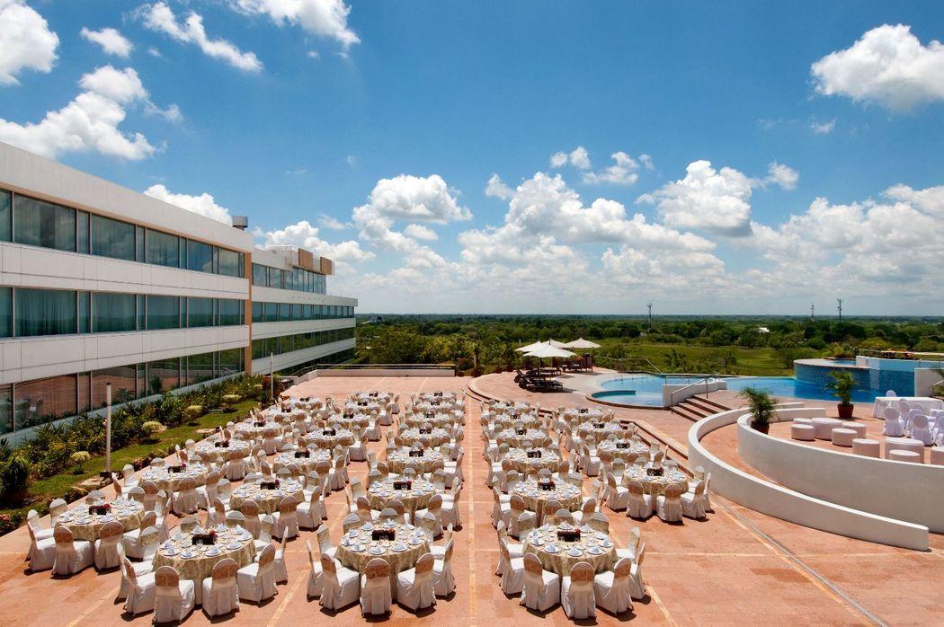 Imagínate rodeada de familiares y amigos en la terraza de nuestras piscinas.