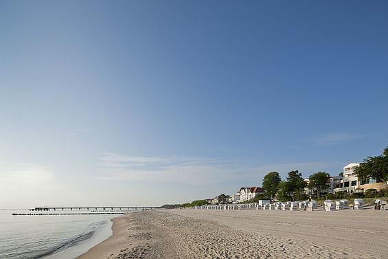 Beispiel: Sandstrand vor dem Hotel, Foto: Travel Charme Strandhotel Bansin.