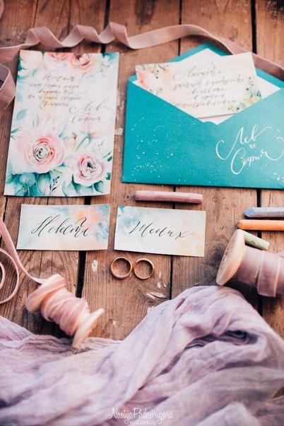Сет полиграфии для весенней свадьбы. Цвета полиграфии перекликаются с аксессуарами жениха и невесты. Например галстук-бабочка жениха и конверт для пригласительных - получилось очень эффектно! Каллиграфия: Ксения Лейбина