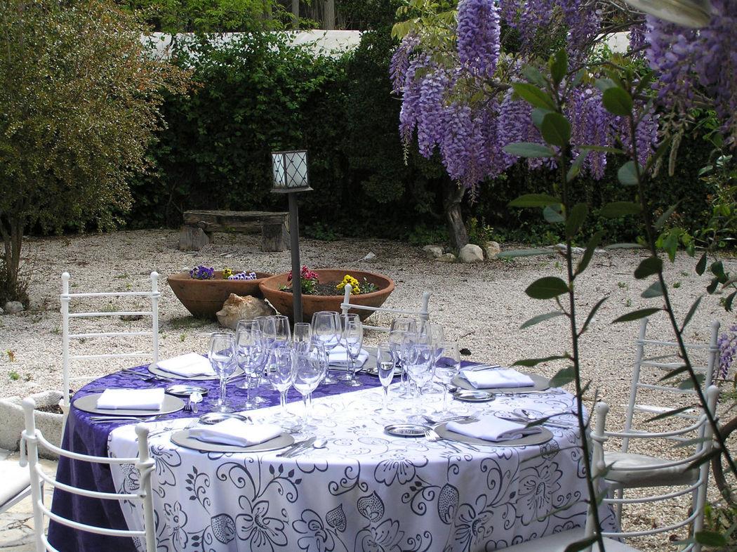 Mesa decorada para el banquete en el Jardín