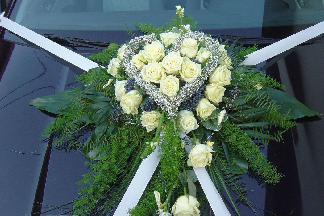 Beispiel: Blumen für das Brautauto, Foto: FLORA NOVA im Hof.