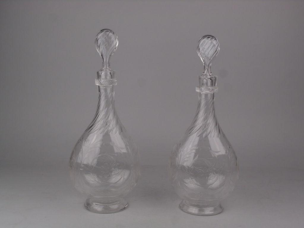 Paire de carafes anciennes en cristal, gravées de volutes feuillagées.