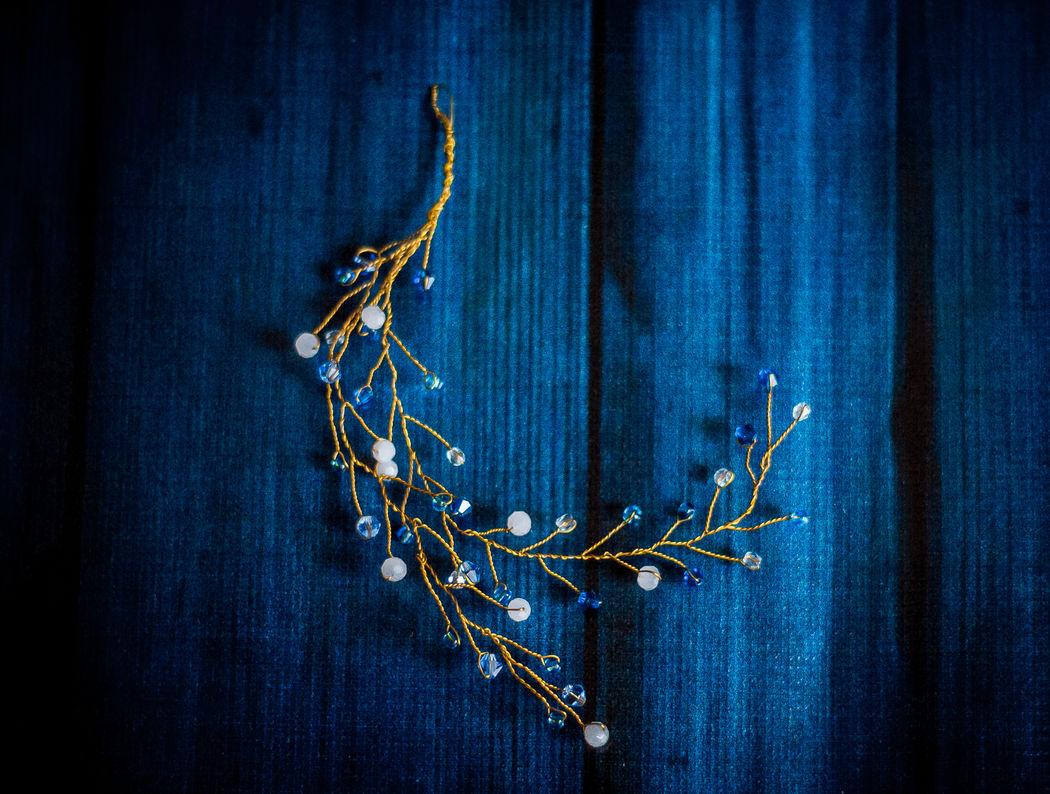 Маленькая золотая веточка сделана на заказ под цвета свадьбы. Чешские бусины, золотая проволока. Разместить можно как сбоку прически, так и в пучке.