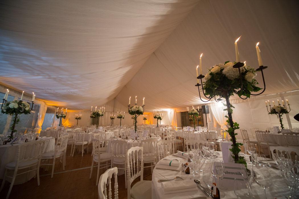 Agrandissement de la salle de réception avec une grande tente.