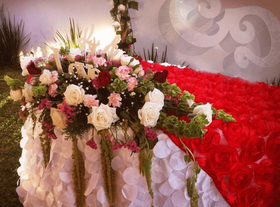 Medallón floral para mesa de novios ya sea de día o de noche las flores siempre lucirán hermosas.