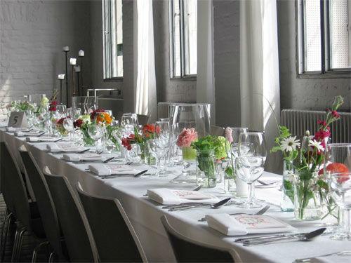 Beispiel: Hochzeitstafel - Tischdekoration, Foto: KunstSalon Location.