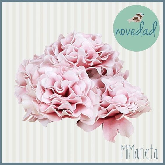 Preciosa Rosa artificial decorativa en color rosa que dará elegancia y romanticismo a cualquier estancia.  Medidas: 70cm.