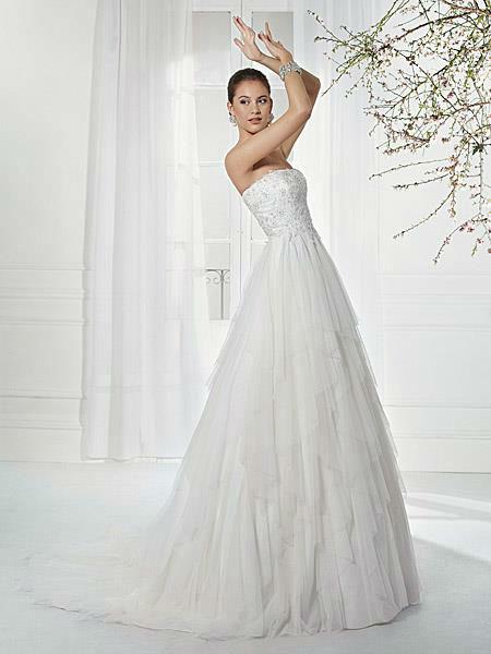 Beispiel: Einzigartige Brautmode, Foto: Liluca.