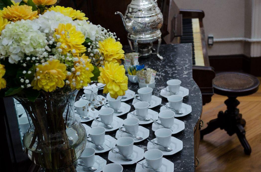 Móveis centenários da casa com café