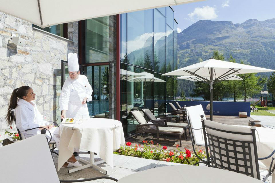Beispiel: Service auf der Terrasse, Foto: Badrutt's Palace Hotel.