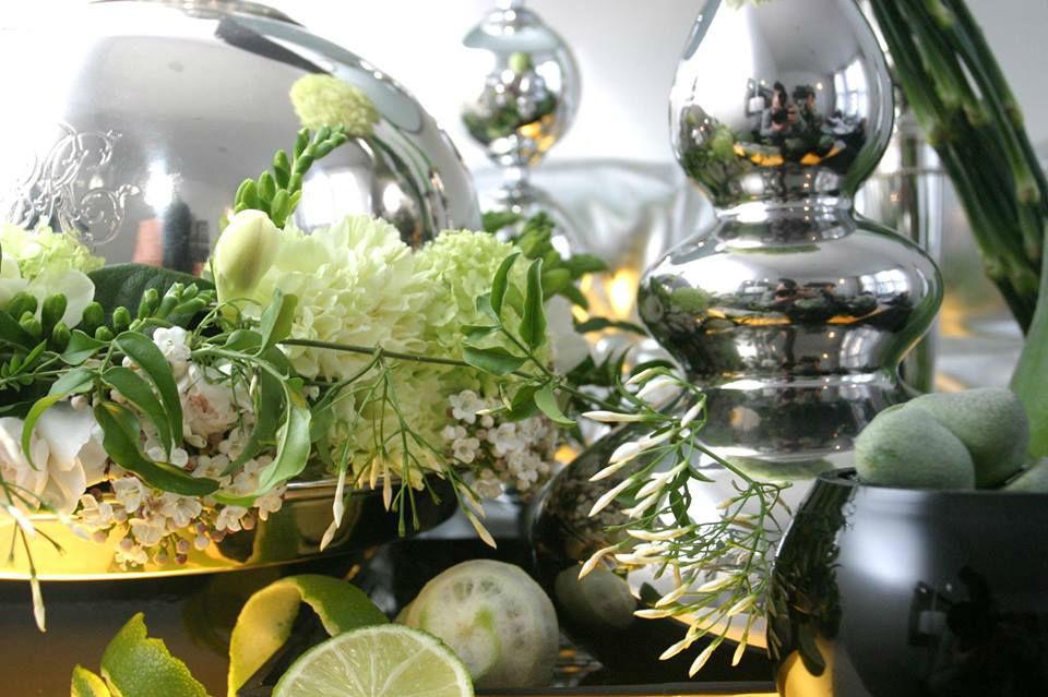 Beispiel: Dekoration mit weißen Blumen und silbernem Tischschmuck, Foto: Florale Welten.